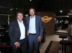 Kurt Egloff, CEO di BMW Svizzera (sx), e Olivier Muller, direttore di Mini, nel padiglione ristrutturato di Auto-Graf AG a Meilen (ZH); sullo sfondo il nuovo logo Mini bidimensionale.