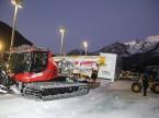 Con precisione chirurgica: il team di Pio Fallegger carica la stazione di servizio AdBlue sulla slitta d'acciaio agganciata al gatto delle nevi.