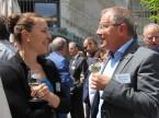 Irene Schüpbach dell'UPSA parla con il CEO di auto-i-dat, Wolfgang Schinagl.
